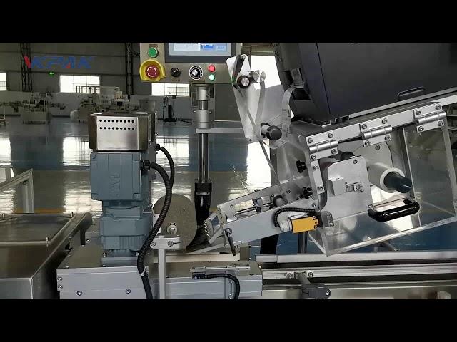 Automatický štítkovací stroj v tvare písmena C.