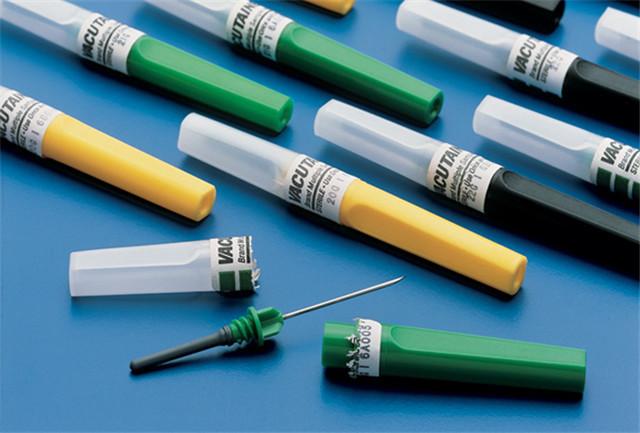 Označovanie vzoriek z vodorovných etiketovacích strojov na striekačky